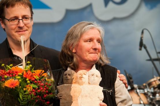 Christine Mahy van het Waals netwerk van de strijd tegen armoede neemt de prijs Solidair in ontvangst op ManiFiesta 2013. (Foto Solidair, Antonio Gomez Garcia)