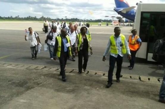 Cubaanse gezondheidswerkers komen aan in Freetown (Sierra Leone).