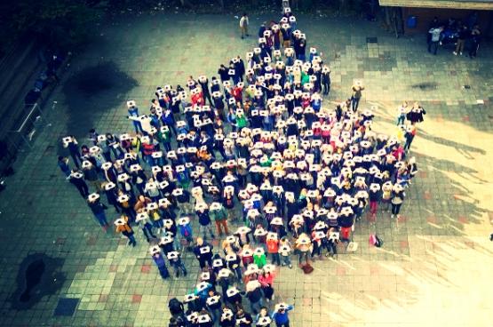 Luchtfoto van de actie van driehonderd scholieren en leerkrachten van het Maria-boodschaplyceum te Brussel tegen de onderwijsbesparingen.