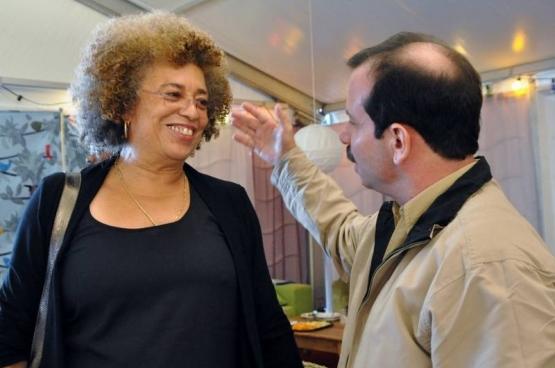 Fernando González, een van de eerder al vrijgelaten Cuban Five, ontmoette Angela Davis, icoon van de antiracistische en feministische strijd in de VS, tijdens de recentste editie van het solidariteitsfeest ManiFiesta, in Bredene. (Foto Solidair)