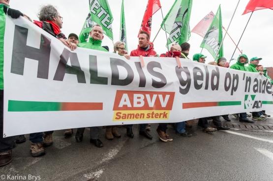 """""""Haldis geld op 'n ander"""", is de boodschap van ACV en ABVV aan de regering. (Foto Solidair, Karina Brys)"""