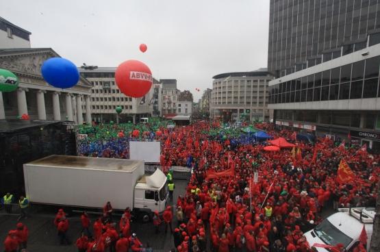 Op 19 maart kwamen een tienduizend vakbondsmilitanten samen op het Muntplein in Brussel. (Foto Solidair, Dieter Boone)