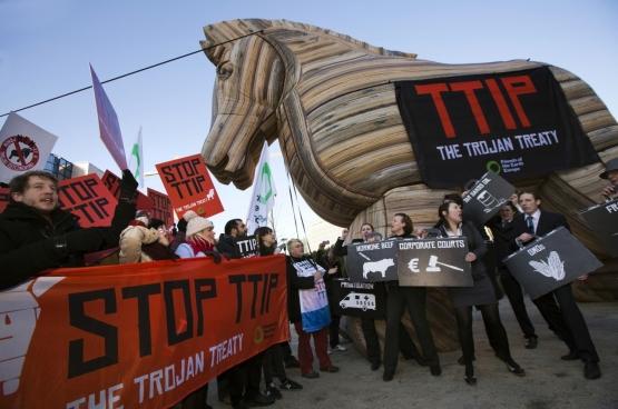 Betoging op 4 februari 2015 in Brussel tegen het TTIP, dat alle macht van de bevolking en van de democratische instellingen wil overhevelen naar multinationals en achterkamertjes. (Foto Global Justice Now / Flickr)