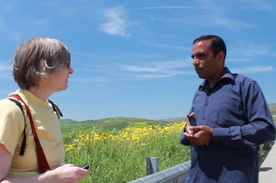 Dr. Claire Geraets in gesprek met de Pakistaanse vluchteling, en ingenieur, Irfan. (Foto Solidair, Frank Sonck)