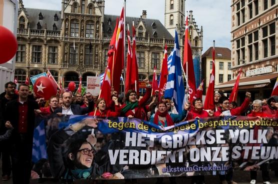 Op de 1 meistoet in Gent maakte de PVDA van solidariteit met het Griekse volk een centraal thema. (Foto Solidair, Dieter Boone)