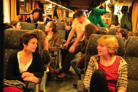 """""""Met zoveel mensen twee keer twintig uur op een trein. Dat was gewoon prachtig"""", herinnert Bram Sercu van Climate Express zich. De rijkdom van die uitwisseling van ideeën willen de organisatoren ook dit jaar mogelijk maken op weg naar Parijs. (Foto Solidair, Romain Louette)"""