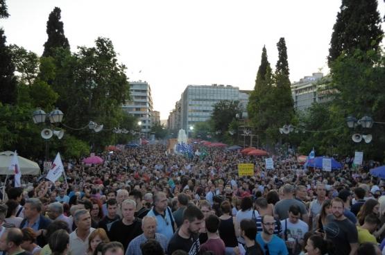 """Politie en media hebben het aanvankelijk over 20.000 deelnemers, maar sommige schattingen spreken van 100.000 aanwezigen op de betoging van het """"neen""""-kamp."""