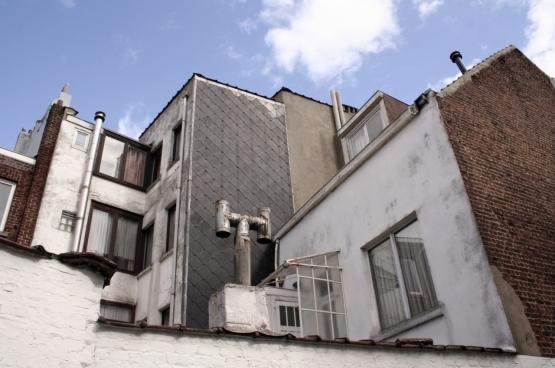 70 procent van het energieverbruik is gekoppeld aan de staat en de uitrusting van de woning en slechts 30% aan het consumptiepatroon van de bewoner. De kwaliteit van de woning is een heel belangrijke factor om te kunnen besparen op energie. Helaas laat de kwaliteit van de woningen in Brussel vaak te wensen over. Vooral mensen met een laag inkomen geraken nooit in een degelijke woning. (Foto Solidair/Salim Hellalet)