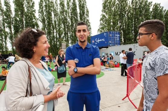 Zohra Othman (PVDA), schepen van Jeugd in Borgerhout, in gesprek met jongeren op een pleintje. (Foto Solidair, Karina Brys)