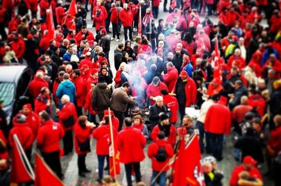 """De piketten in Luik kregen ook solidariteitsbezoek uit het noorden van het land. """"Proficiat. Jullie strijdlust is een voorbeeld voor ons."""" (Foto Solidair, Maxime Liradelfo)"""