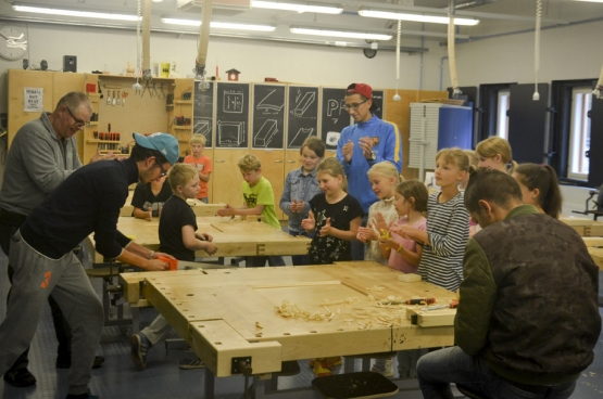 Op het gemeenschappelijke programma staan wiskunde en taal, maar ook houtbewerking en kook- en huishoudkunde. (Foto Solidair, Bruno Bauwens)