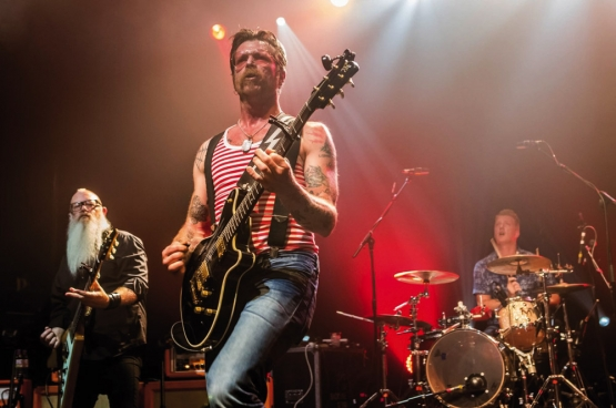Eagles of Death Metal, bij het begin van hun concert in Parijs. (Foto Emmanuel Wino)
