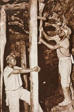 Het was in deze mijn van Shinkolobwe in Congo dat de uranium gedolven werd waarmee de Amerikanen de atoombom maakten die ze op Hiroshima wierpen. (Foto Het geheugen van Congo, de koloniale tijd, uitg. Snoeck)