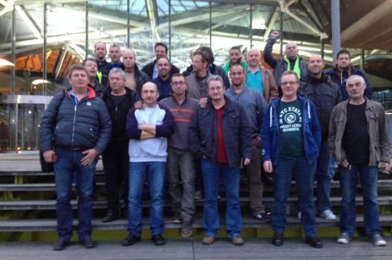 straffe opkomst van de arbeiders van Vopak in de Antwerpse arbeidsrechtbank om hun vakbonden en advocaten te komen steunen tegen hun werkgever. (Foto Solidair: Ward Coenegrachts)