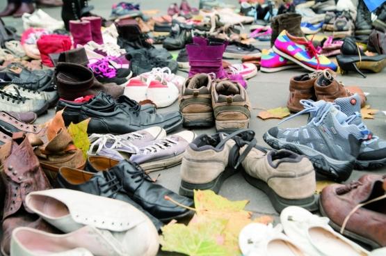 Bij de opening van de klimaattop in Parijs, op 29 november, werd de Place de la République volledig bedekt met schoenen. Op die manier voerden de klimaatbeweging toch een protestactie, ondanks het verbod op manifesteren dat er kwam na de aanslagen van 13 november. (Foto Duc / Flickr)