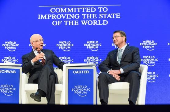 Gedreven om de stand van zaken in de wereld te verbeteren. Met rechts VS-minister van Defensie Ash Carter. (Foto Clydell Kinchen/Flickr)