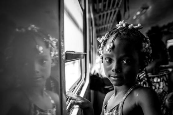 """(Foto Rosalie Colfs) Deze fotograaf zette samen met dichter Alexandre Popowycz een project op rond de trein die na 15 jaar buiten dienst te zijn geweest, sinds augustus vorig jaar opnieuw Kinshasa met de havenstad Matadi verbindt. (365 km). Voor meer informatie over dit project """"Kinshasa-Matadi Express"""" en een manier om het te steunen, surf naar www.kisskissbankbank.com/kinshasa-matadi-express"""