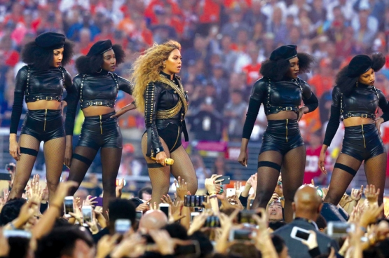 Superster Beyoncé en haar danseressen tijdens de rust van de Super Bowl. De show zat vol verwijzingen naar de Black Panthers, een militante Afro-Amerikaanse organisatie in de jaren 60 en 70. (Foto Matthew Emmons/USA Today Sports)