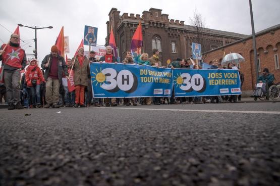 Tijdens de Grote Parade van Hart boven Hard riep de PVDA op tot invoering van de 30-urenweek als oplossing voor werkbaar werk voor iederen. (Foto Solidair, han Soete)