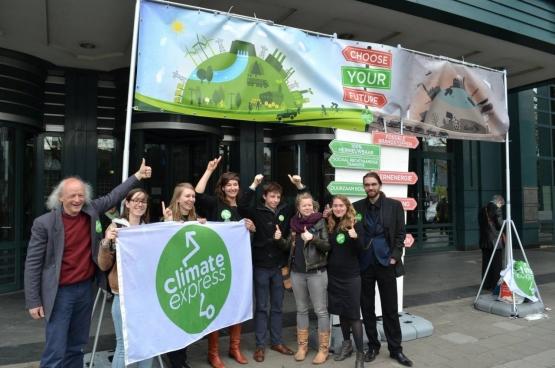 Climate Express voerde vandaag actie voor de Vlaamse klimaattop. Wie binnen wilde moest de keuze maken tussen twee toegangsdeuren: de ene leidt naar het verleden waar fossiele brandstoffen het leven domineren, de andere naar een wereld met 100% hernieuwbare energie. (Foto Climate Express)