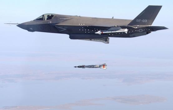Een F-35 toestel dropt een testbom. (Foto U.S. Navy / Flickr)