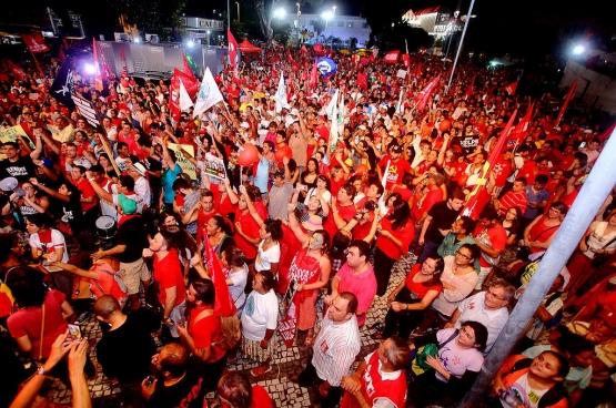 Sinds het begin van de crisis in Brazilië zijn de steunmanifestaties aan het adres van de Arbeiderspartij en president Dilma Rousseff niet te tellen. Hier een manifestatie in Fortaleza, waar op 31 maart 50.000 mensen samenkwamen. (Foto Chico Gomes, PCdoB Ceará / Flickr)