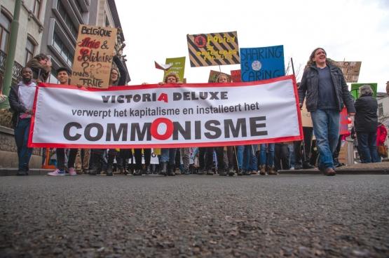 Victoria Deluxe werkte aan een aantal leuzen die werden meegedragen op de Grote Parade van Hart boven Hard op 20 maart. (Foto Solidair, han Soete)