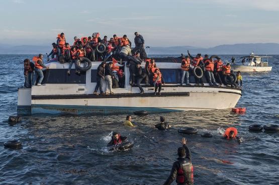 Syrische en Iraakse vluchtelingen komen vanuit Turkije in Griekenland aan. Spaanse vrijwilligers van de ngo 'Proactiva open arms' schieten te hulp (Foto wikipedia.org)