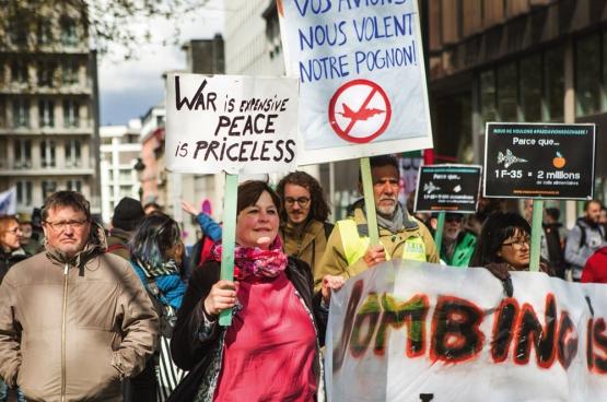 """Oorlog is duur, vrede onbetaalbaar."" Onze regering investeert in oorlog. (Foto Solidair, Evy Menschaert)"