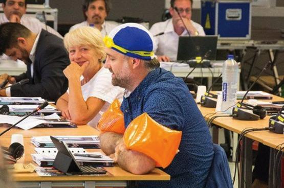 Molenbeeks PVDA-gemeenteraadslid Dirk De Block in zwemplunje op de gemeenteraad. (Foto Solidair, Bruno Bauwens)