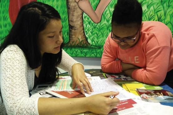 """De """"Boost Days"""", dat is samen studeren, in alle rust en begeleid door vrijwillige leraars, die de jongeren helpen voor alle vakken. (Foto Solidair, Elisabeth Mertens)"""
