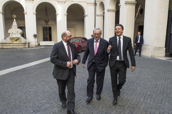 Eerste minister Matteo Renzi (rechts) met Jean-Claude Juncker, de voorzitter van de Europese Commissie, en Martin Schulz, de voorzitter van het Europees Parlement. De Italiaanse verkiezingen tonen aan dat het volk het establishment grondig wantrouwt. (Foto Palazzo Chigi / Flickr)