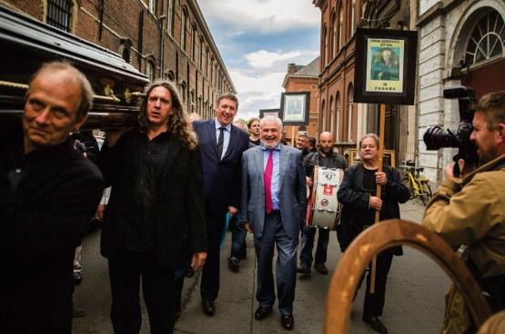 """Op 17 organiseerden activisten van het collectief RIP Caermersklooster in Gent de """"begrafenis"""" van het democratische cultuurbeleid.  (Foto Solidair, Evy Menschaert)"""