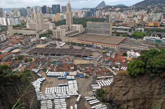 Providencia, waar de oudste favela van Brazillië is geboud, ligt naast het treinstation Central Do Brasil, midden in de stad. (Foto Raf Custers)