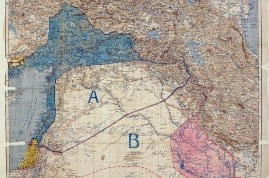 """De """"nieuwe"""" kaart van het post-Ottomaanse Rijk, getekend door Mark Sykes en François Georges-Picot in 1916. Frankrijk eigent zichzelf het blauwe stuk toe, Groot-Brittannië het rode deel."""