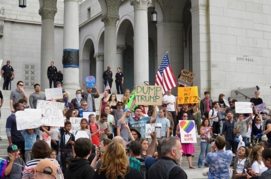Zaterdag stapten minstens 10.000 mensen in Los Angeles op in de grootste anti-Trumpbetoging tot nu toe. (Foto waltarrrrr / Flickr)