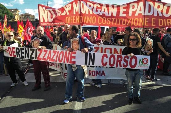 """Op 22 oktober kwamen in heel wat Italiaanse steden mensen op straat voor de """"No Renzi Day"""", zoals hier in Rome. (Foto Alessio Brancaccio / Facebook)"""