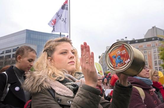 Op 27 oktober was er in Brussel een manifestatie tegen CETA. De betogers wilden druk uitoefenen op de Waalse en Brusselse regeringen om hun verzet vol te houden. (Foto Solidair, Vinciane Convens)