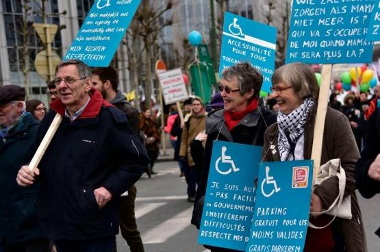 Maria McGavigan (midden). Geconfronteerd met het autisme van een van haar kleinzonen, zette ze zich ook in als actief lid van een actiegroep die strijdt tegen het gebrek aan opvangplaatsen voor personen met een handicap. (Foto familie McGavigan)