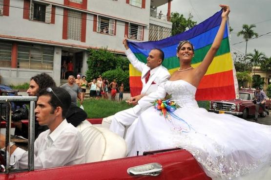 Huwelijk tussen een transseksueel en een homoseksueel in Cuba. (Foto Globovision / Flickr)