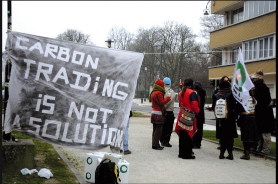 Activisten bij een promultinationallobby. (Foto DeWereldMorgen)