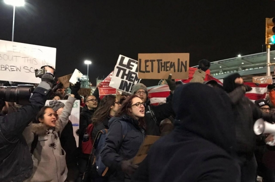 Protest aan JFK airport in New York. (Foto Beverly Yuen Thompson / Flickr)