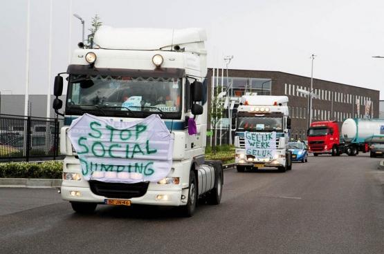 In mei 2013 voerden Nederlandse en Belgische truckchauffeurs actie tegen de liberalisering van de transportsector. Die stimuleert sociale dumping. (Foto Alblasserdamsnieuws.nl)