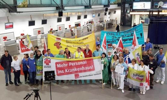 Het verplegend personeel protesteert niet alleen voor de ziekenhuizen, ze trokken ook naar de luchthaven van Saarbrücken, waar politieke kopstukken het vliegtuig nemen naar Berlijn. (Foto Ver.di Bezirk Region Saar Trier)