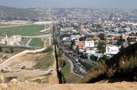 """De grens tussen de VS (links) en Mexico (rechts). """"De Mexicaanse politieke partijen haten elkaar, maar verenigen zich nu tegen Trump"""", zegt Vargas. (Foto Gordon Hyde / Wikimedia)"""
