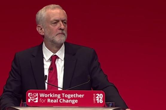 Jeremy Corbyn tijdens zijn toespraak in Liverpool (twitter)