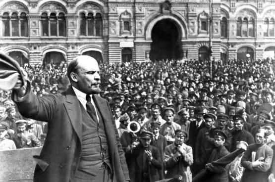 Lenin spreekt op 20 maart 1920 op het plein voor het Bolshoi theater in Moskou.