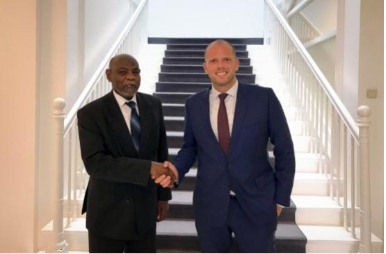 Staatssecretaris Theo Francken samen met de ambassadeur van Soedan bij de EU, Motrif Siddiq Ali. (Foto Belga)