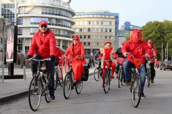 In Gent trok het personeel van de openbare diensten per fiets naar het stadcentrum om de bevolking te informeren. (Foto Solidair, Dieter Boone)