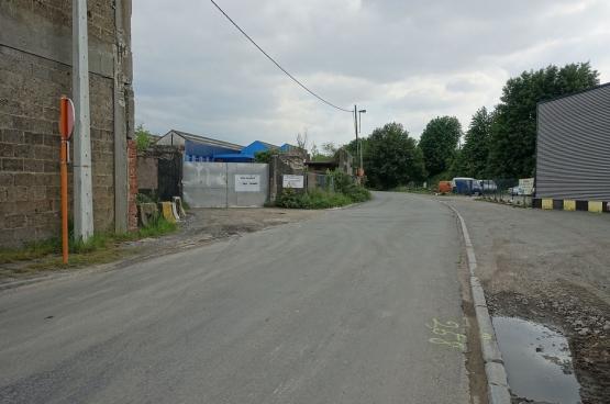 Industriële opslagplaats (links van de straat) op het terrein waar Uplace zou verschijnen. Foto Wikimedia